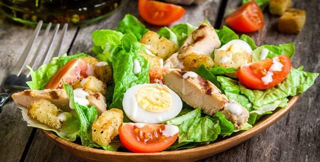 Салат цезарь с курицей и сухариками — простой рецепт