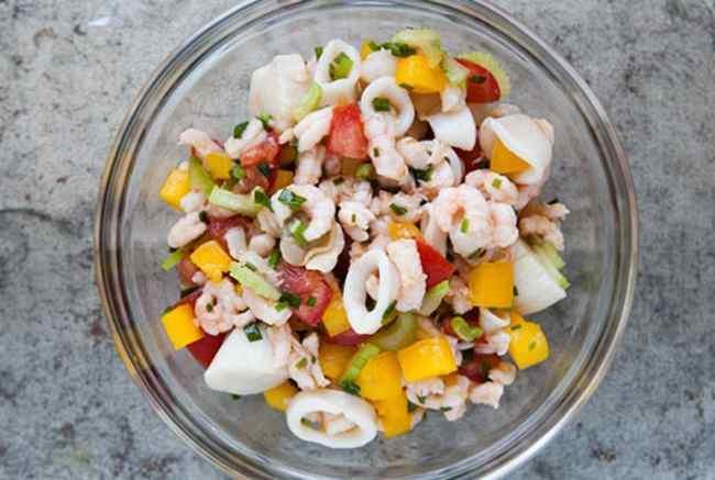Готовим вкусный салат из морского коктейля - рецепт с фото
