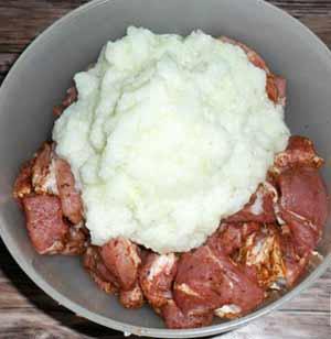 Как приготовить шашлык из говядины в маринаде из лукового пюре