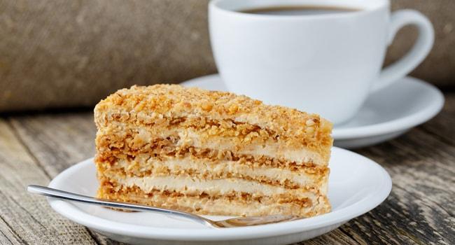 Кусочек торта Медовик со сметанным кремом