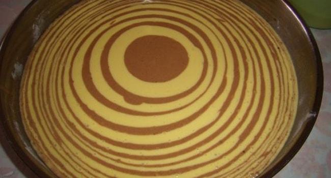 Наливаем поочередно темное и светлое тесто