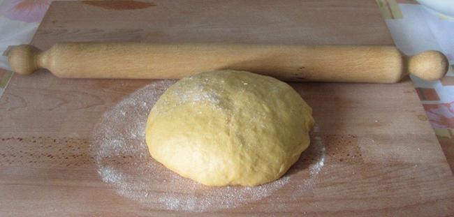 Раскатываем тесто для коржей