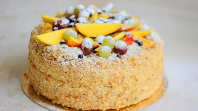 Торт Наполеон с заварным кремом украшенный фруктами