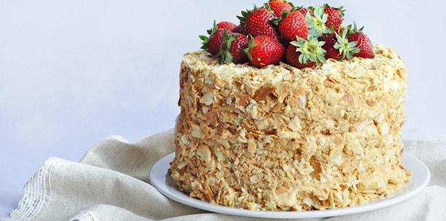 торт Наполеон с заварным кремом украшен клубникой