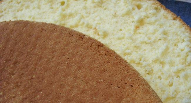 Готовый бисквитный корж разрезаем вдоль
