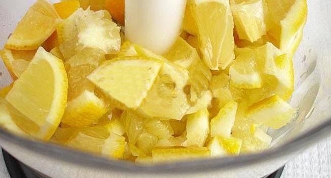 Измельчаем лимон в блендере