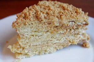 Кусочек торта Наполеон со сгущенкой