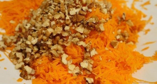 Натираем морковь и режем орехи