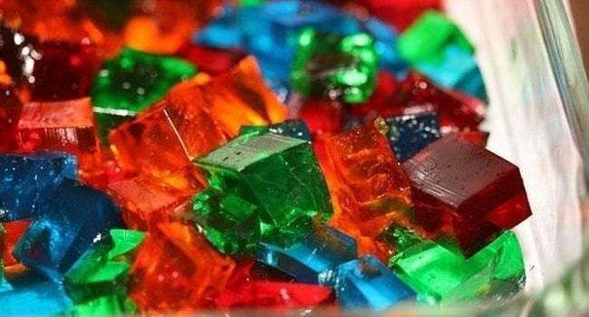 Нарезать желе кубиками