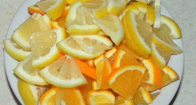 Нарезаем лимон и апельсин