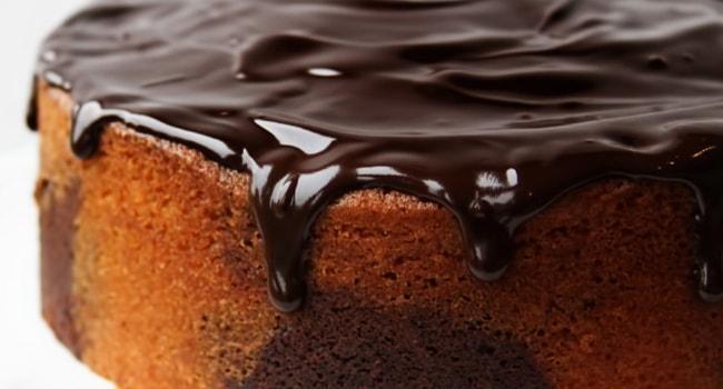 Поливает торт глазурью