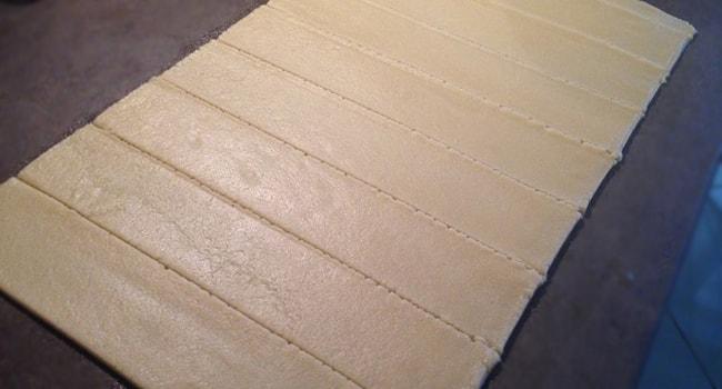 Раскатываем тесто на полоски