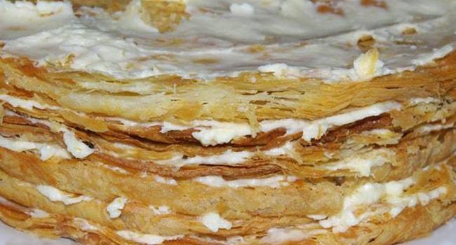 Смазываем коржи торта Наполеон кремом