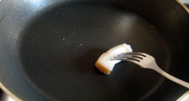 Смазываем сковороду салом