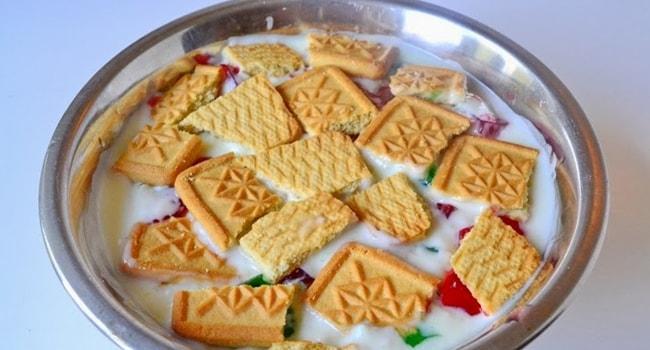 Сверху выкладываем печенье