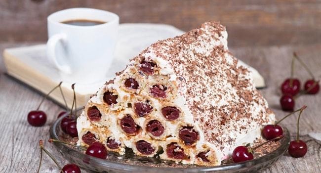 Так выглядит торт Монастырская изба с вишней