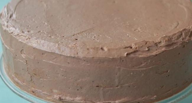 Смазываем верх торта и бока шоколадным кремом