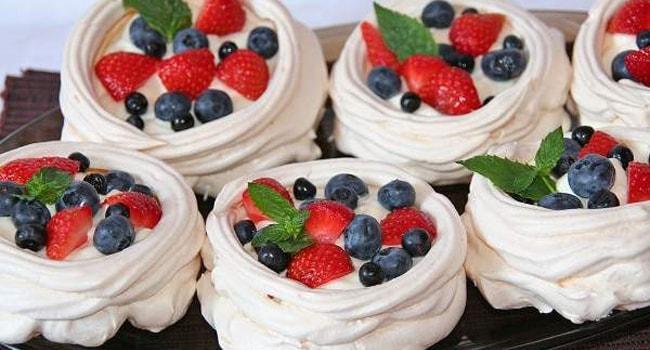 Пирожные-безе Павлова украшенные фруктами