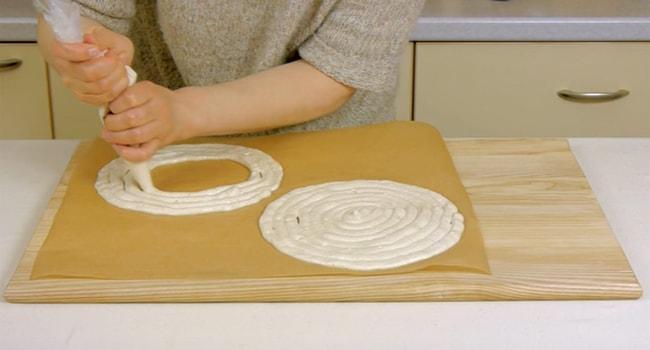 Тесто в форме спирали выдавливаем на форму