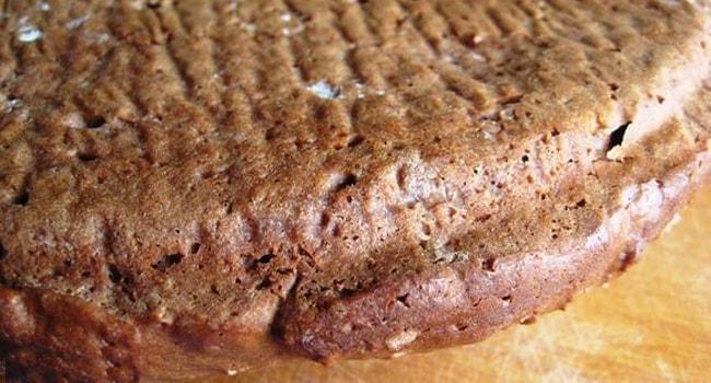 Так выглядит готовый бисквитный корж для торта Прага по классическому рецепту