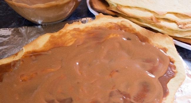 Готовые еще горячие коржи для торта Микадо смазать кремом