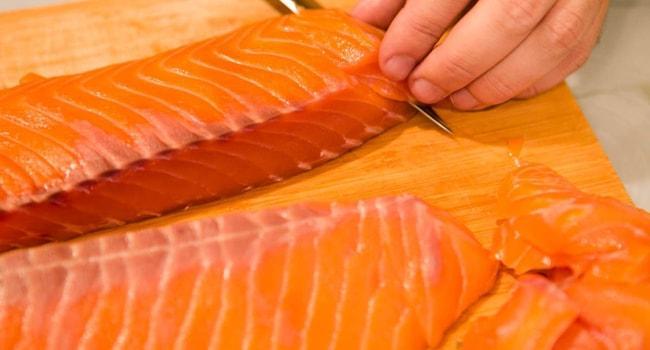 Нарезаем рыбу для красивого пирога с красной рыбой