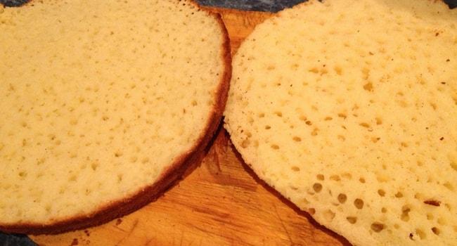 Каждый корж для торта Сметанник разрезаем на две половины