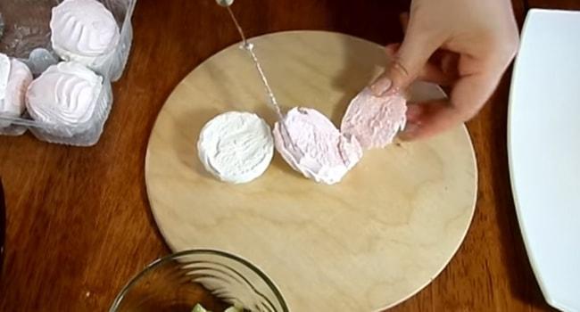 Нарезать зефир вдоль для Пряничного торта