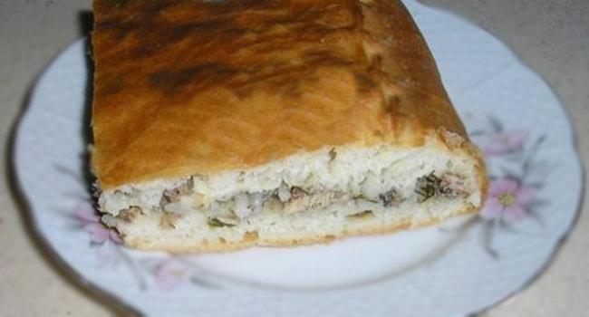 Так выглядит кусочек пирога с консервированной рыбой и рисом