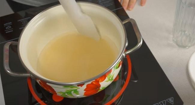 Ставим подогреваться смесь сахара с водой