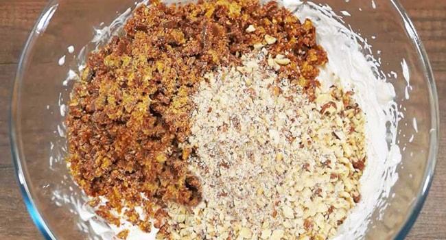 Делаем крем для Египетского торта из взбитых сливок с пралине