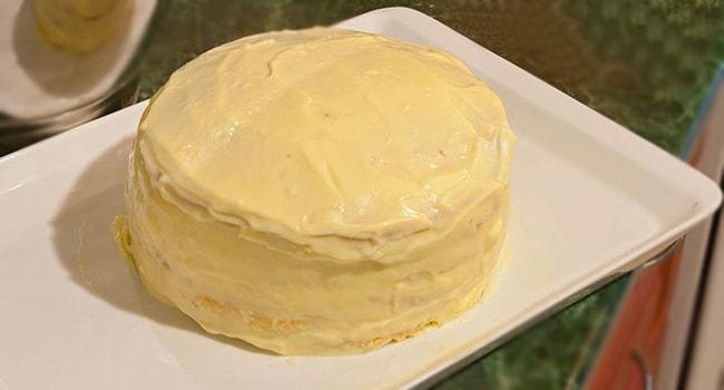 Смазываем коржи для торта Молочная девочка с маскарпоне кремом