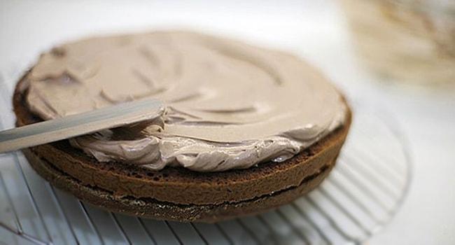 Так смазываем коржи для торта Параза по классическому рецепту кремом
