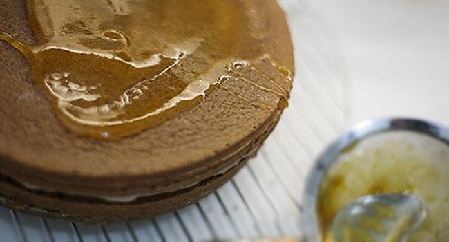 Верхний корж Пражского торта смазываем абрикосовым джемом