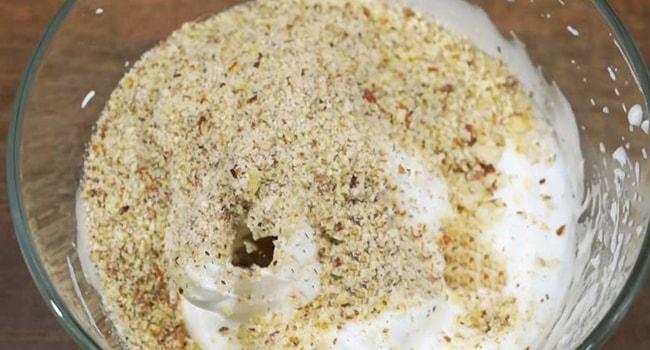 Вмешиваем муку, измельченные орехи во взбитые сливки для Египетского торта