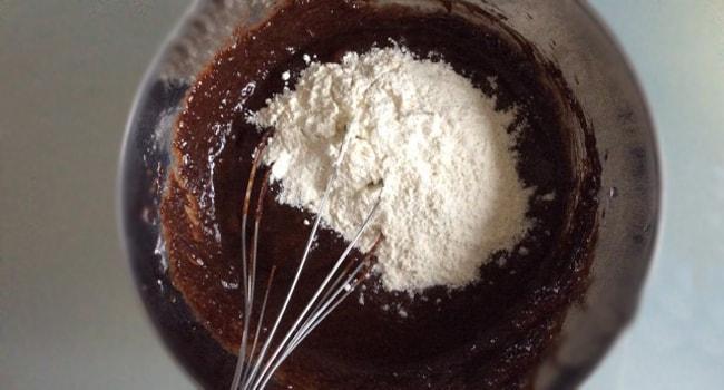 В шоколадную смесь добавляем муку
