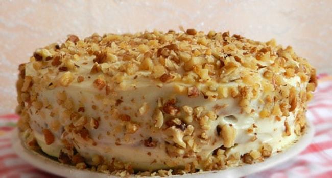 Посыпаем готовый торт Сметанник орешками
