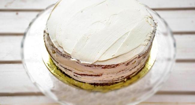 Смазываем верх и бока торта Колибри кремом