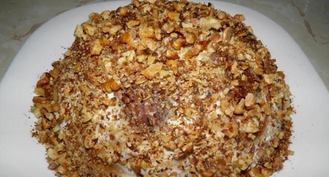 Украсить торт из пряников и зефиром измельченными орешками