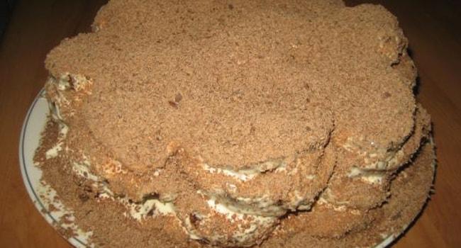 Торт из шоколадных пряников без выпечки украшен тертым шоколадом