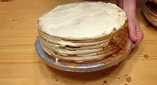 Смазываем бока торта Рыжик кремом