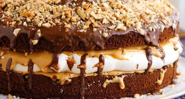 Так выглядит торт Сникерс с безе