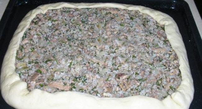 Выкладываем начинку для пирога с консервированной рыбой на тесто
