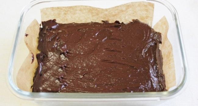 Тесто для торта Брауни помещаем в форму