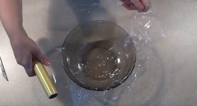 Застелить дно емкости пищевой пленкой