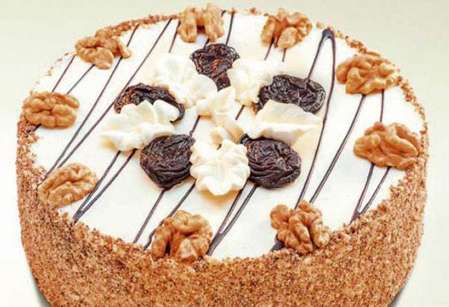 Аппетитный бисквитный торт с черносливом и грецкими орехами