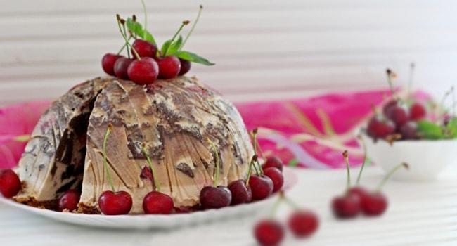 Так выглядит торт Брауни с маскарпоне и вишней
