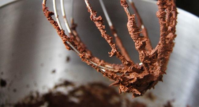 Делаем тесто для Шоколадно-бананового торта