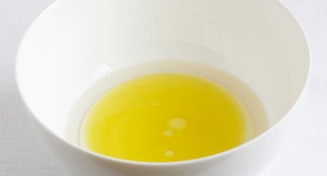 Смешиваем воду, соль и оливковое масло для приготовления теста