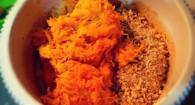 Измельченную тыкву и орехи добавляем в яичную смесь